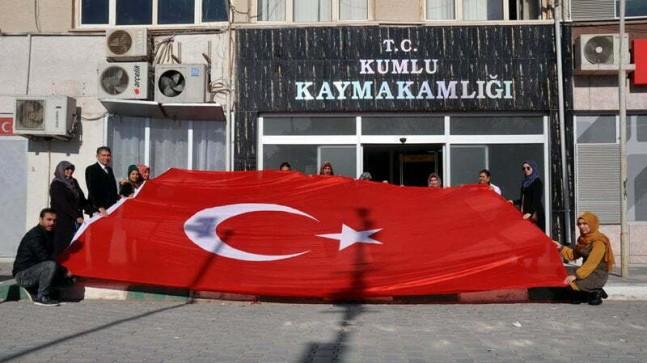 Kumlu HEM'de Mehmetçiğe hediye etmek üzere  Türk Bayrağı dikiliyor