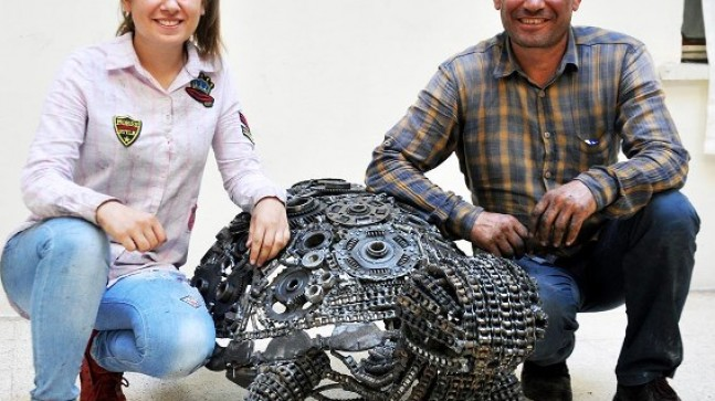 Babasını örnek aldı  Hurda parçalarından kaplumbağa heykeli yaptı