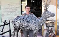 Oto yedek parça ve demir hurdaları ile hayvan heykeli ve sehpa yapıyor