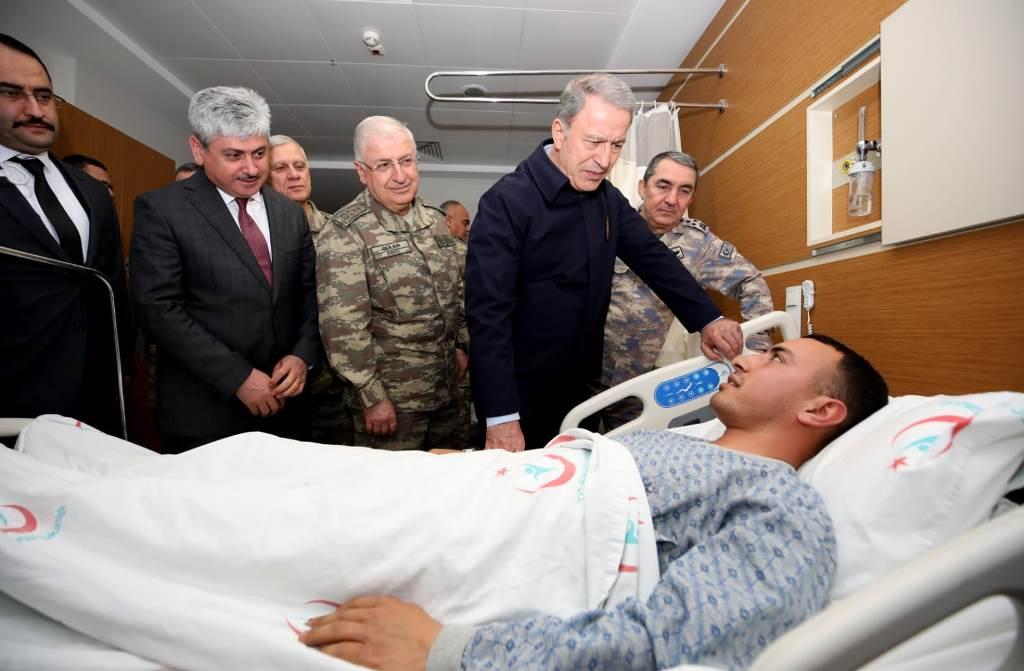 Bakan Akar, Yaralı Askerleri Hastanede Ziyaret  Etti
