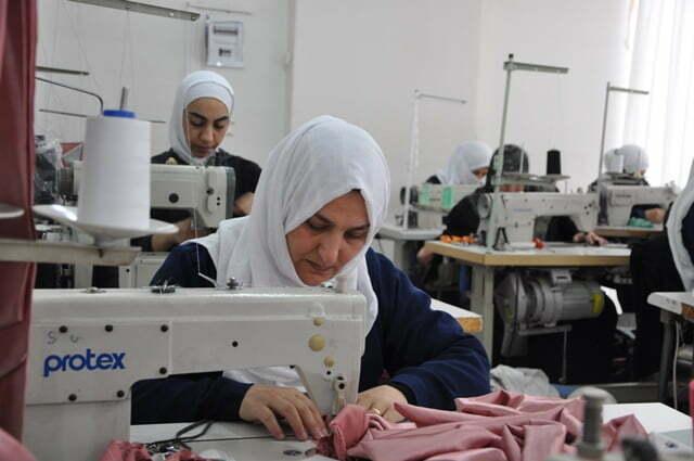 Suriyeli yetim anneleri hem meslek öğreniyor hem de para kazanıyor
