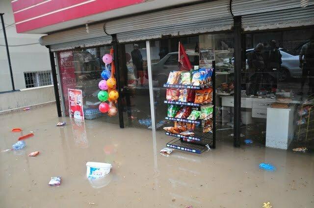 Reyhanlı'da Şiddetli Yağış Ev ve İş Yerlerini Sular Altında Bıraktı