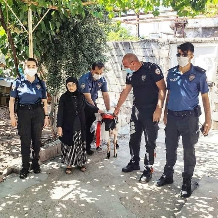 Reyhanlı polisi, Rahme Teyze'yi sevindirdi