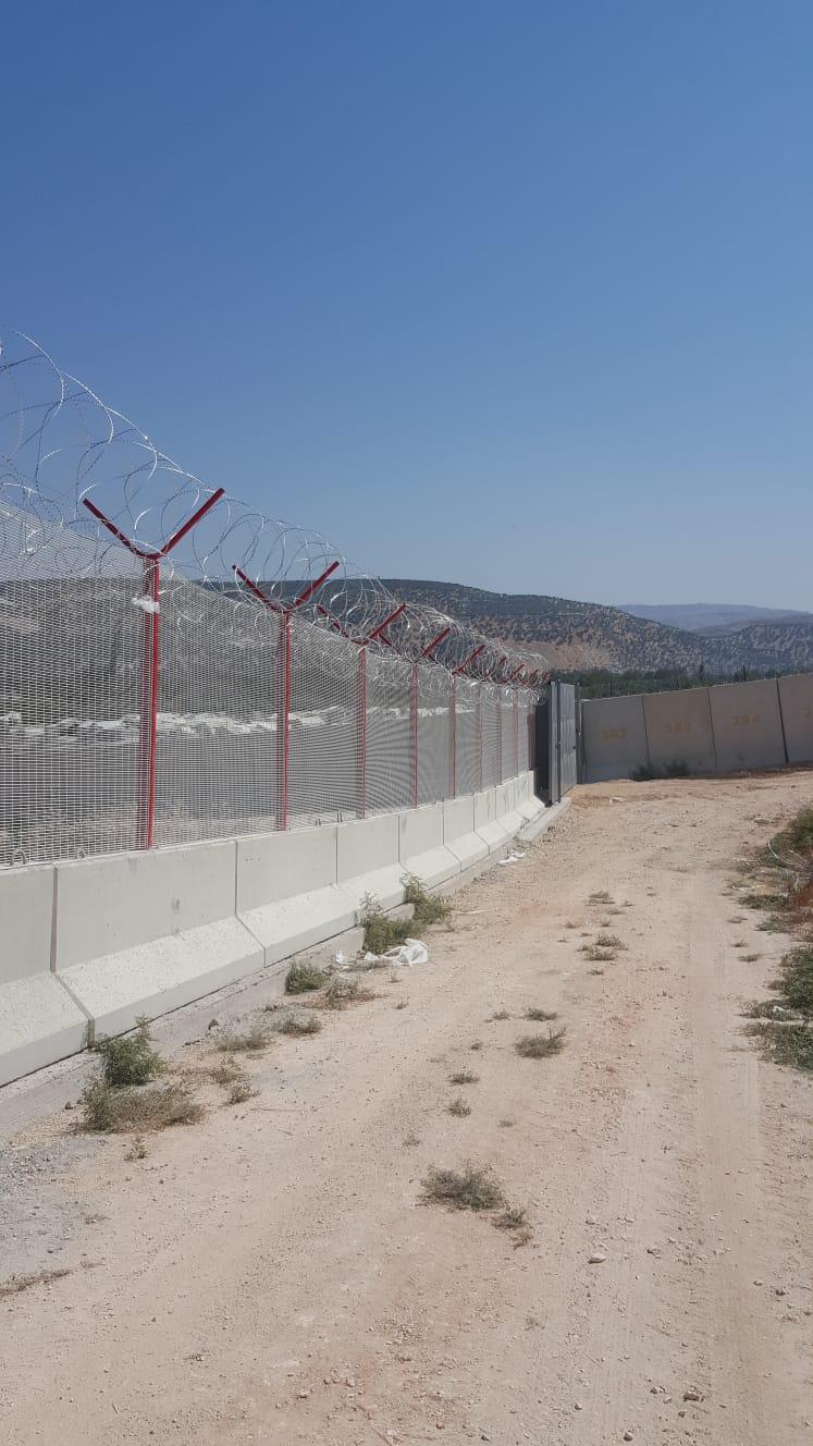 Türkiye-Suriye sınırına yüksek güvenlikli panel çit ve jiletli tel örülüyor