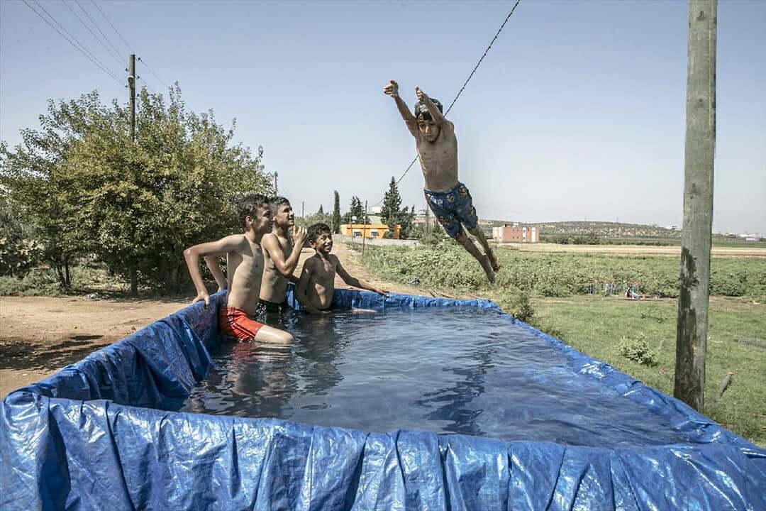 Çocukların traktör römorkunda havuz keyfi