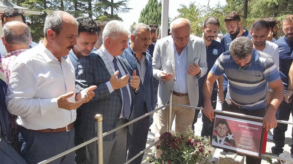 Başkan Şanverdi, Demokrasi Şehidimiz  Astsubay Ömer Halisdemir'i  Mezarı Başında Ziyaret Etti