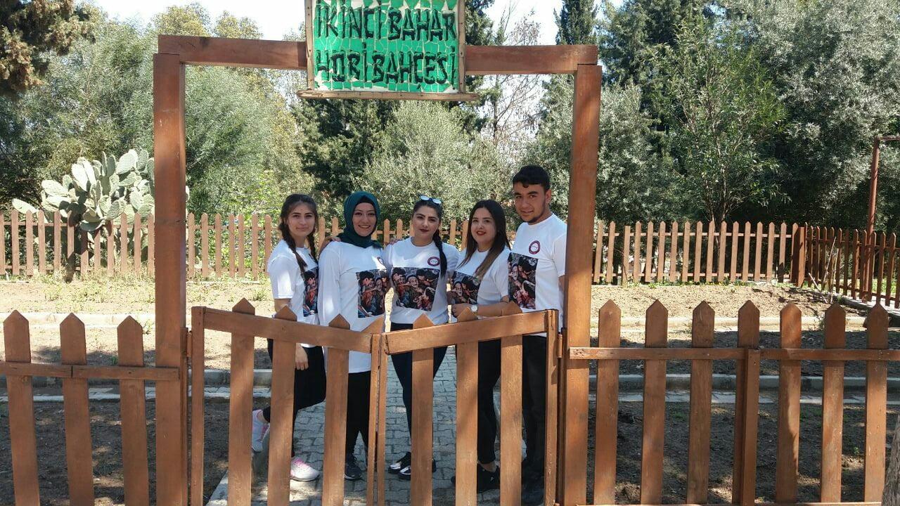 Üniversitelilerden huzur evine  hobi bahçesi