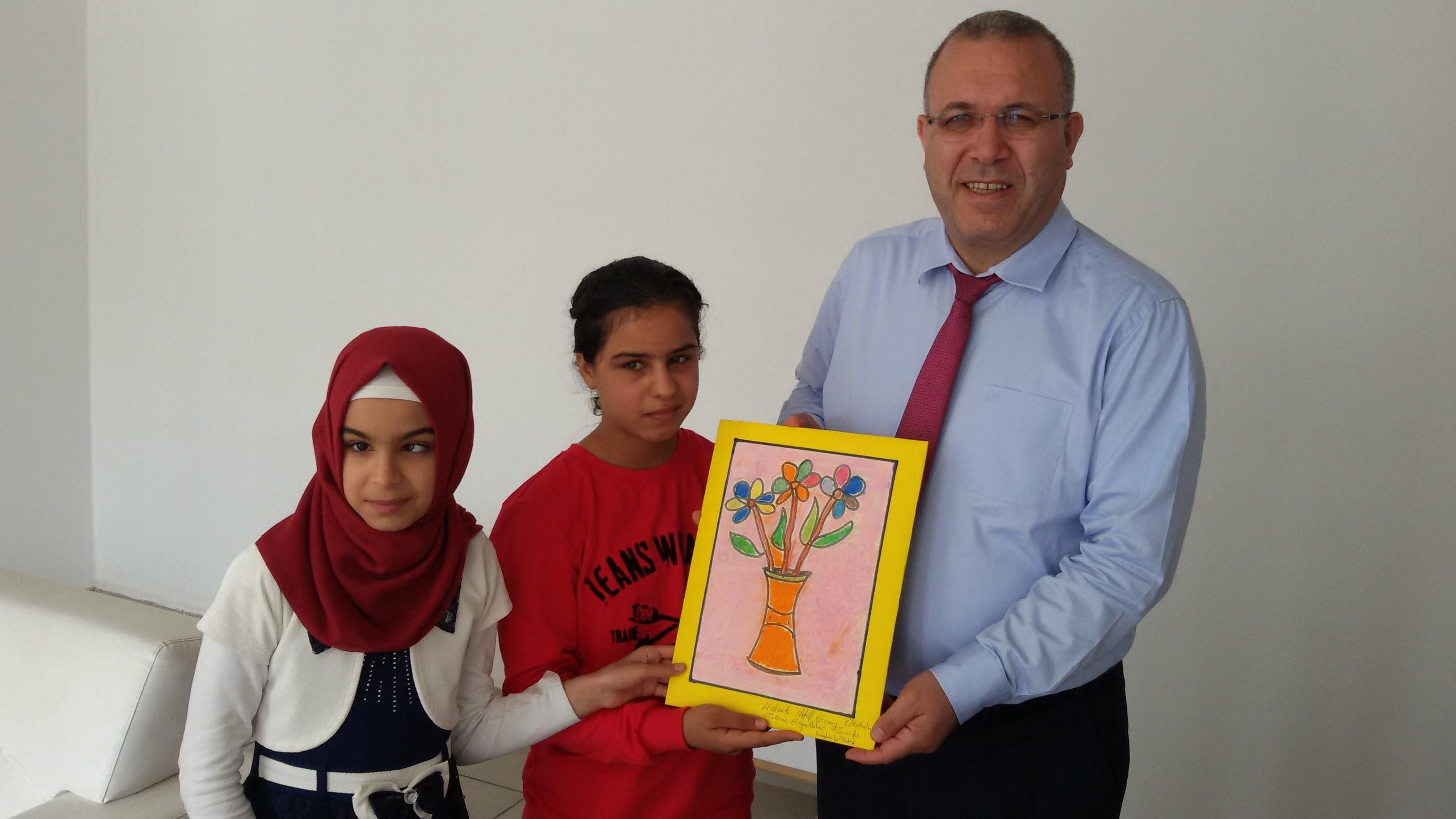 Görme engelli öğrenciler Kaymakam Dursun'a resim hediye etti