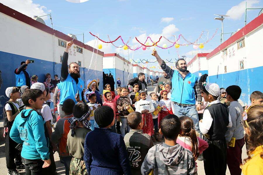 Dizi oyuncuları Suriye'de yetimlerin gönlünü fethetti