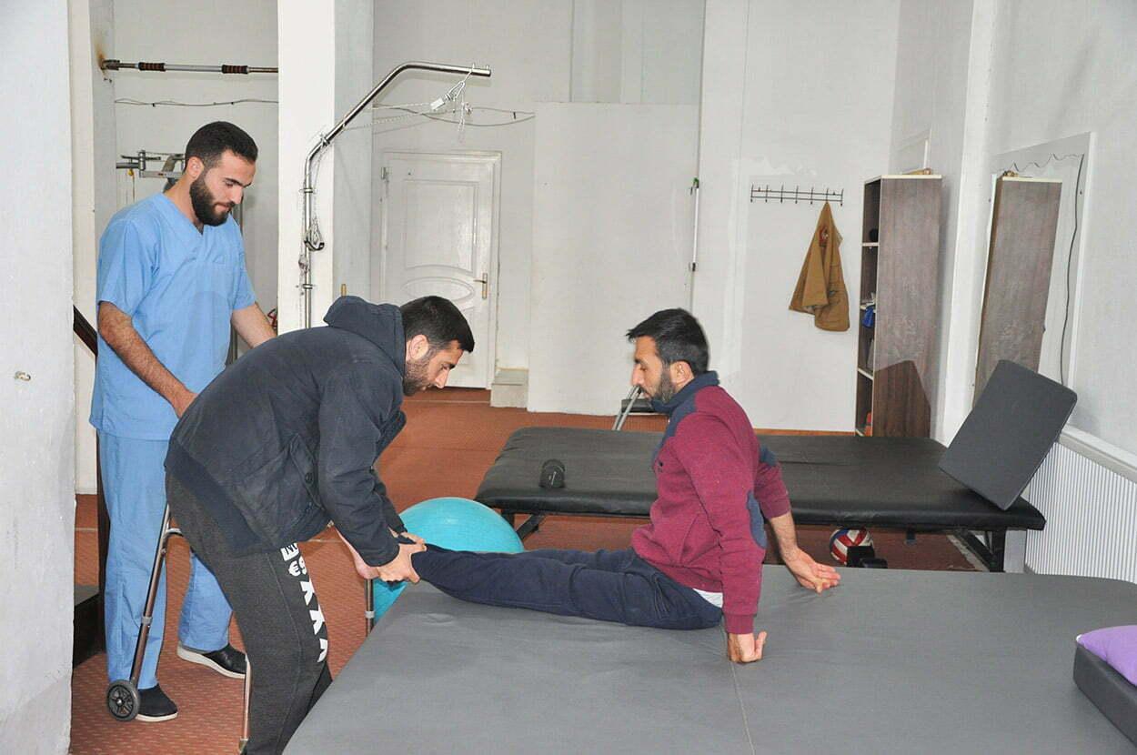 Savaşta yaralanan Suriyelilere fizik tedavi