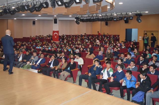 """Reyhanlı Ufuk Eğitim Derneği'nden """"Diğital Haçlı Seferleri ve Gençlerin Sosyal Medya Kullanımı"""" Konferansı"""