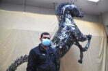 Hurda parçalardan 800 kilo ağırlığında at heykeli yaptı