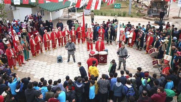Suriyeli yetimlere  mehteranlı konser