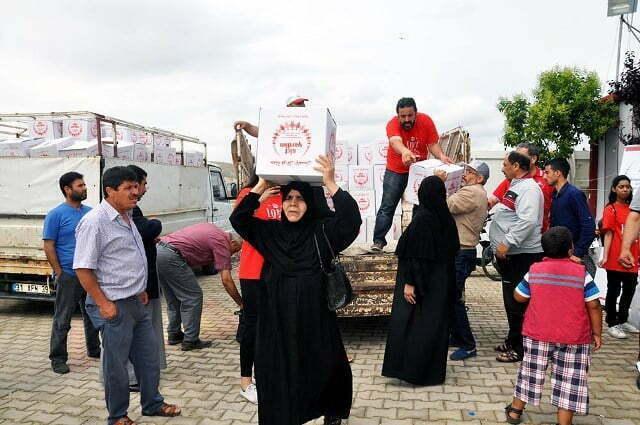 Suriyeli SKT'den vatandaşlarına ramazan yardımı