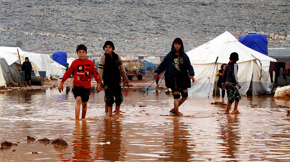 Bombardımandan kaçanların  sığındığı kamplar sular altında kaldı