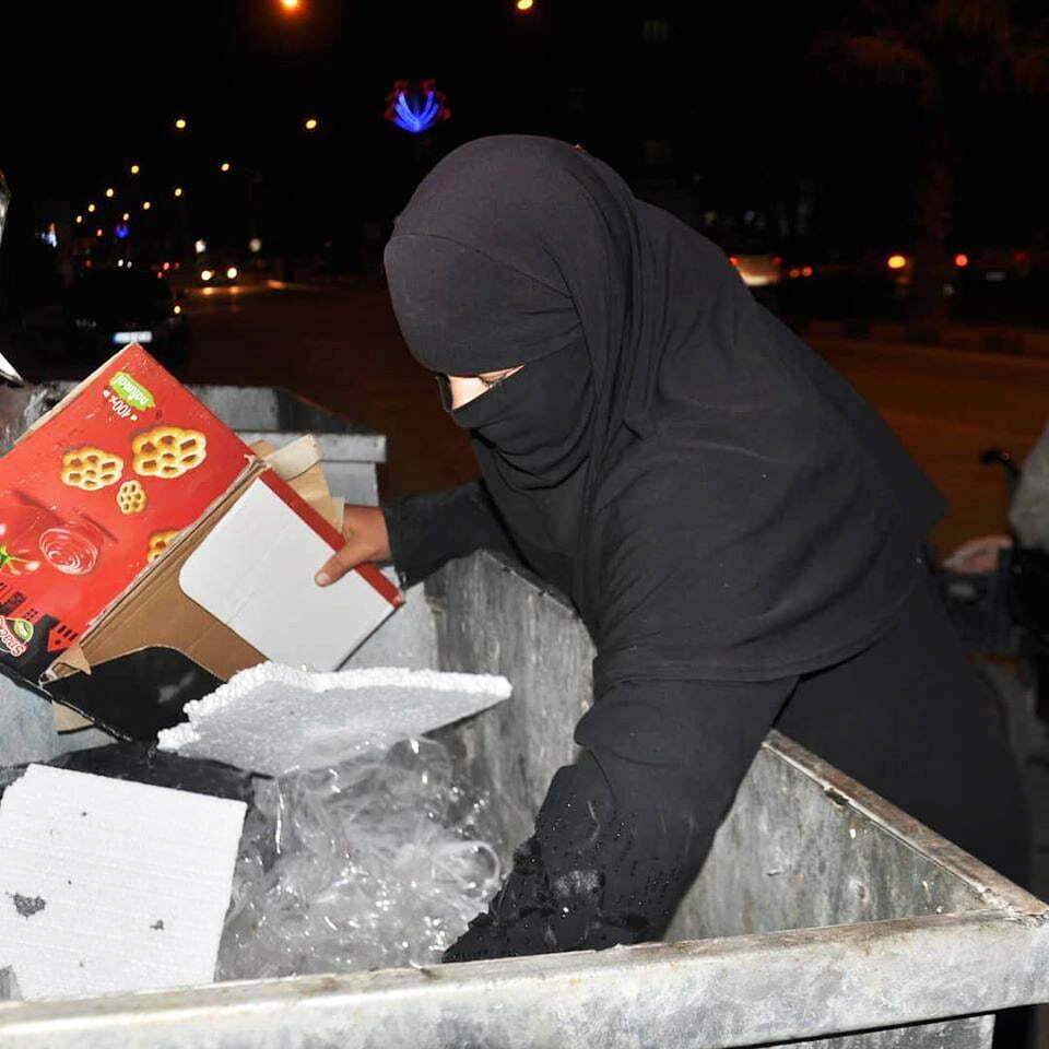 Çöpten kağıt toplayarak geçimlerini sağlıyorlar