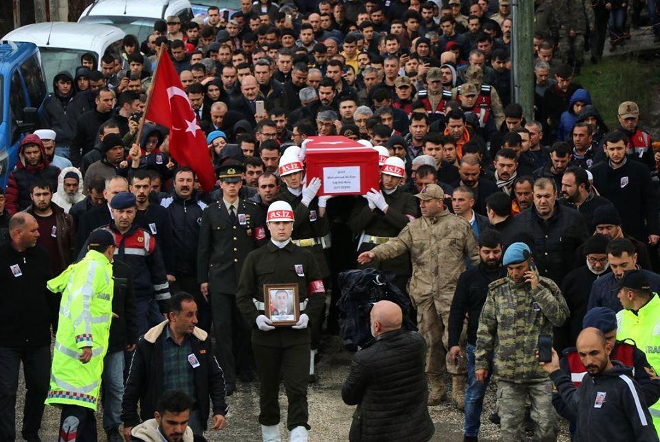 İdlib şehidi Özer'in sözlüsü, şehidin beresi ve künyesini takıp asker selamıyla şehidini uğurladı