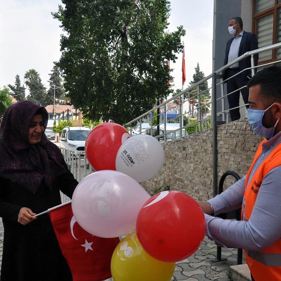 Reyhanlı Belediyesi 23 Nisan için Türk Bayrağı ve Balon Dağıttı