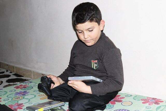Suriyeli Abdulbasit'e Oyun Konsolu Hediyesi