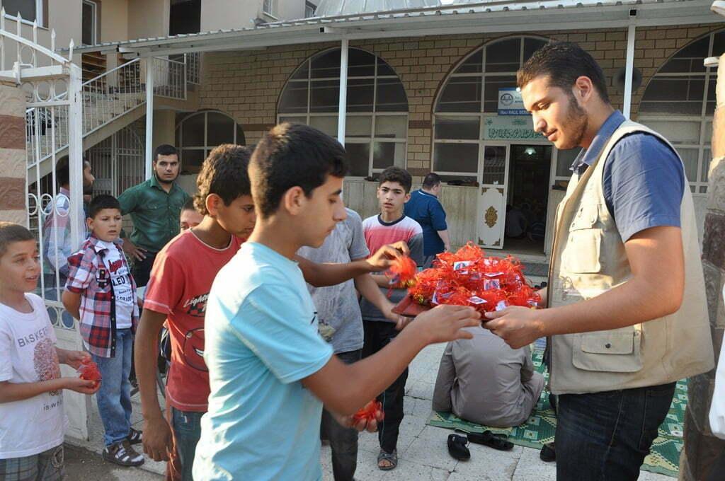 Suriyeliler Bayram Şekeri Dağıttı