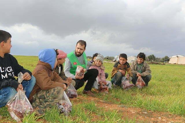 Suriye'deki yetim ailelerine et yardımı