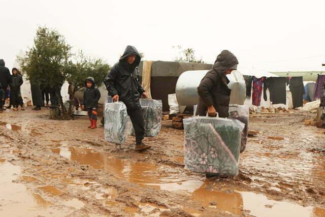 Yağmurdan zarar gören kamplara battaniye yardımı