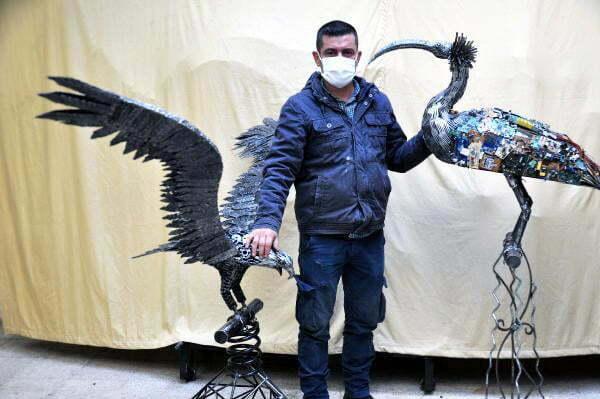 Hurda ve plastik atıklar ile kelaynak ve kartal heykeli yaptı