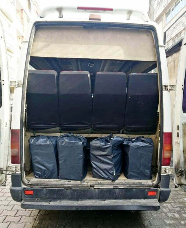 Minibüsten 2 bin paket  kaçak sigara ele geçirildi