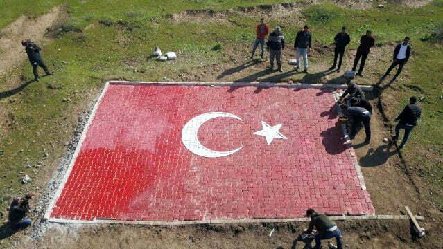 Sınırdaki tepeye dev  Türk bayrağı yapıldı