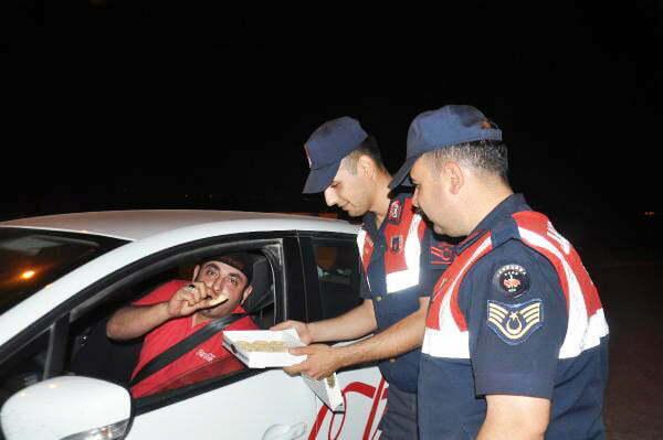 Jandarma, uygulamada durdurduğu sürücülere kandil simidi ikram etti